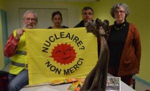 Monique LUYTON, à droite sur la photo, et une de ses sculptures. Photo Le Télégramme