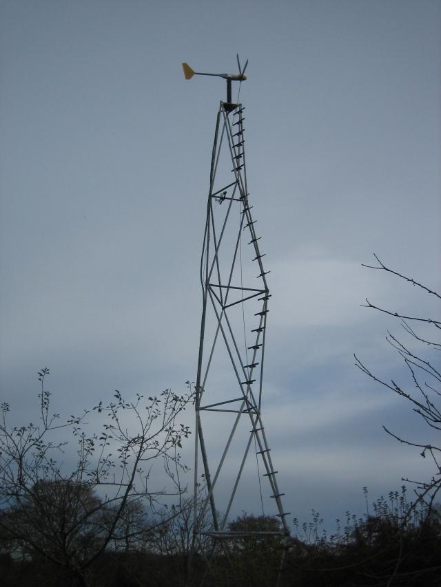 L'éolienne sur son mat de 12 m.